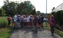 Účastníce vycházky identifikují staré cesty v Neředíně